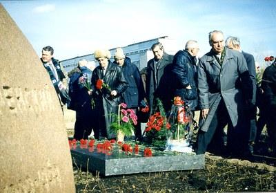 Возложение цветов на могилу Л.В. Киренского