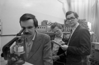 Группа ученых ,  изучающих жидкие кристаллы.