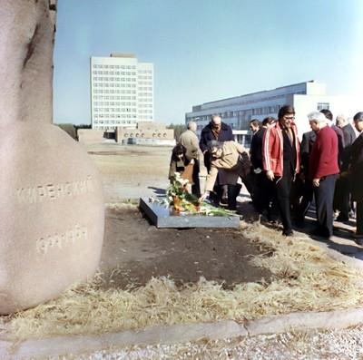 Возложение цветов на могиле Л.В. Киренского