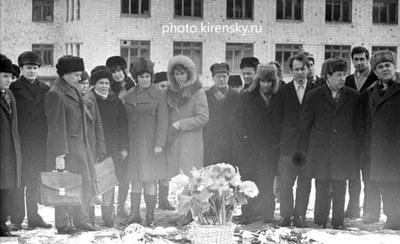 Возложение венков к памятнику Л. В. Киренскому