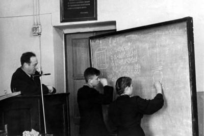 Л.В. Киренский  со школьниками