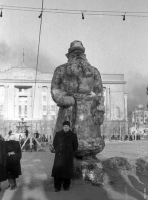 Л.В. Киренский на центральной площади Красноярска
