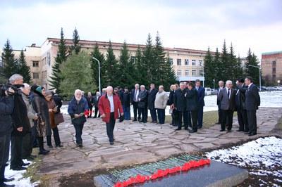 Возложение цветов к памятнику Л.В. Киренского