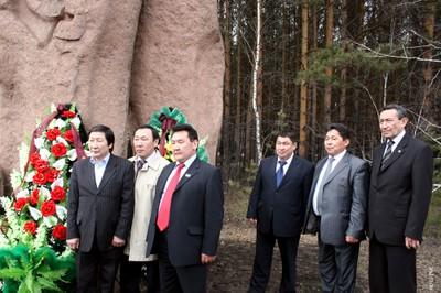 У могилы академика Л.В. Киренского делегация из Якутии.