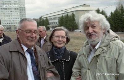 У памятника Л.В. Киренскому